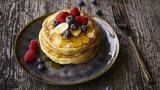Pancakes met maple syrup en fruit
